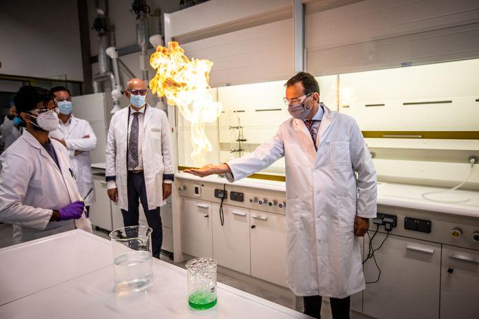 Vlaams minister Wouter Beke mocht tijdens de opening ook de nieuwe laboratoria uittesten met proefjes.