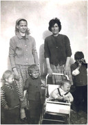 """Seka - uiterst rechts op de foto - groeide op in Doboj, in wat toen nog Joegoslavië was. """"Ik was de tweede oudste thuis, en al heel jong heb ik mijn verantwoordelijkheid genomen."""""""