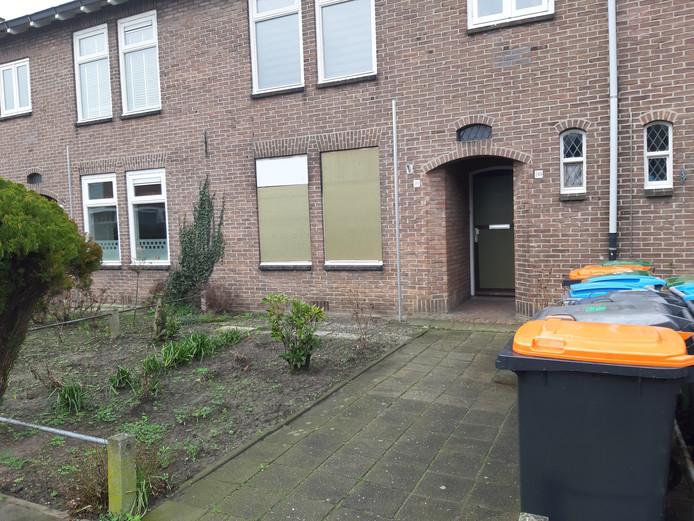 In de dichtgetimmerde, zwaar beschadigde duplexwoning aan de Rietstraat kunnen de herstelwerkzaamheden beginnen.