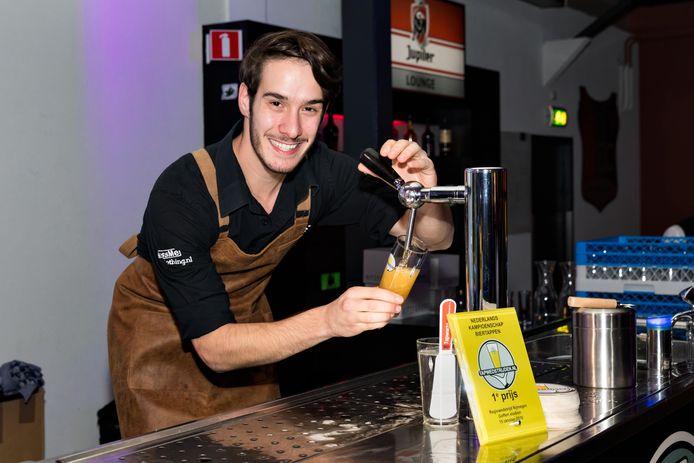 Giulio Severijnen van Café Biessels uit Nijmegen tapt het beste biertje.