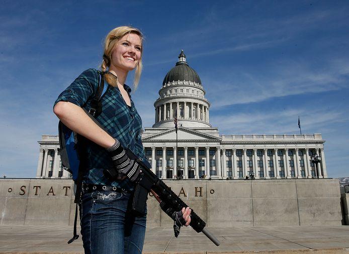 Voorstanders van strengere wapenwetgeving gaan na ieder schietdrama op een middelbare school de straat op.  Maar ook voorstanders van vrij wapenbezit demonstreren. Zoals deze Darci Lund die in 2013 haar aanvalswapen AR-15 meenam naar een kleine NRA-steunbetoging voor het staatsparlement van Utah in Salt Lake City.