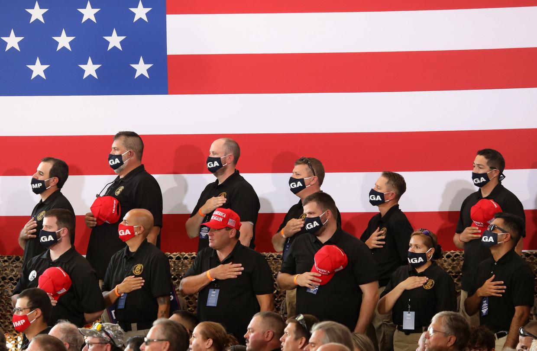 Trump-aanhangers zingen dinsdag patriottisch het Amerikaanse volkslied in Arizona, op dezelfde dag dat een Senaatscommissie concludeerde dat Trumps campagneteam in 2016 uitgebreid contact had met Rusland in een poging om de presidentsverkiezingen te winnen.  Beeld Getty Images