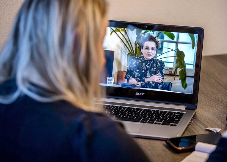 ALMERE - Sharon Lagcher neemt deel aan een online bijeenkomst met onder meer demissionair staatssecretaris Alexandra van Huffelen over de toeslagenaffaire. Lagcher is een van de vele ouders die onterecht zijn aangemerkt als fraudeur en tienduizenden euro's kinderopvangtoeslag moeten terugbetalen. ANP REMKO DE WAAL Beeld ANP