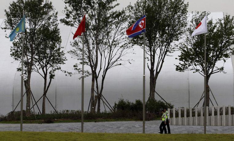 Noord-Koreaanse vlag buiten een stadion van de Asian Games in Zuid-Korea. Het feit dat Noord-Korea een cheerleaderteam stuurt wordt gezien als een teken van de verbeterde verhoudingen tussen Noord- en Zuid-Korea, die ook de omgang met vluchtelingen beïnvloeden. Beeld ap