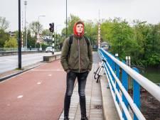 Tobias (17) werkt in de supermarkt: 'Ik ging opeens van bijbaan naar vitaal beroep'
