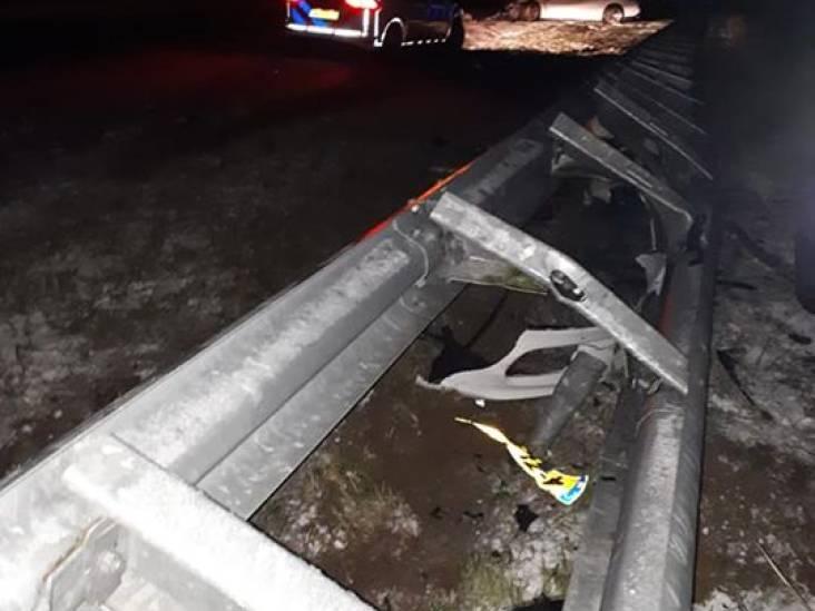 Porsche flink beschadigd na klap tegen vangrail op A2 bij Bommelerwaard: bestuurder gaat ervandoor