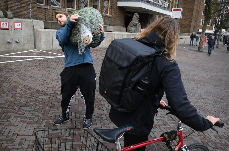De binnenstedelijke kerstbomenverkoop biedt zaterdag in Utrecht een aardig schouwspel. Beeld Marcel van den Bergh / de Volkskrant