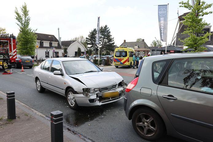 Bij een auto-ongeluk in Elburg raakte een auto flink beschadigd.