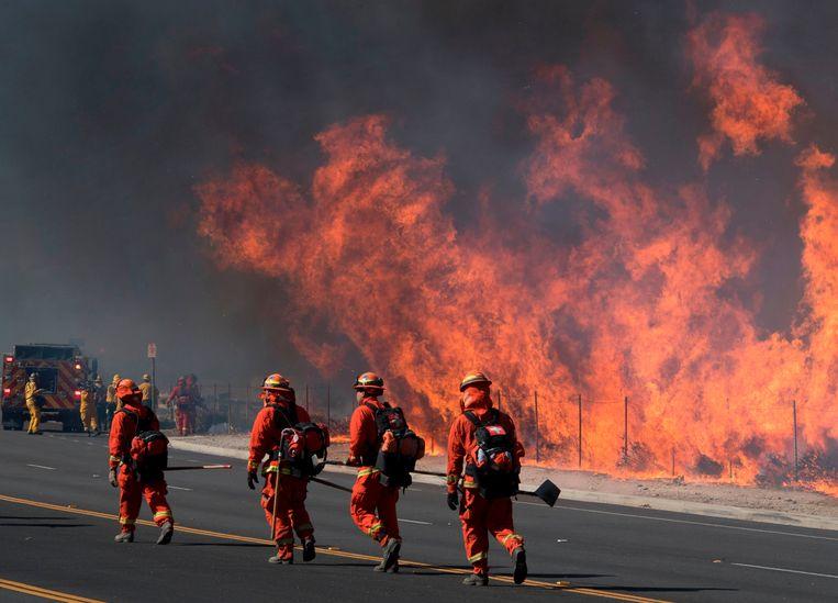 Brandweermannen aan de weg die gaat naar de Reagan Presidential Library in Simi Valley, Californië, vandaag.