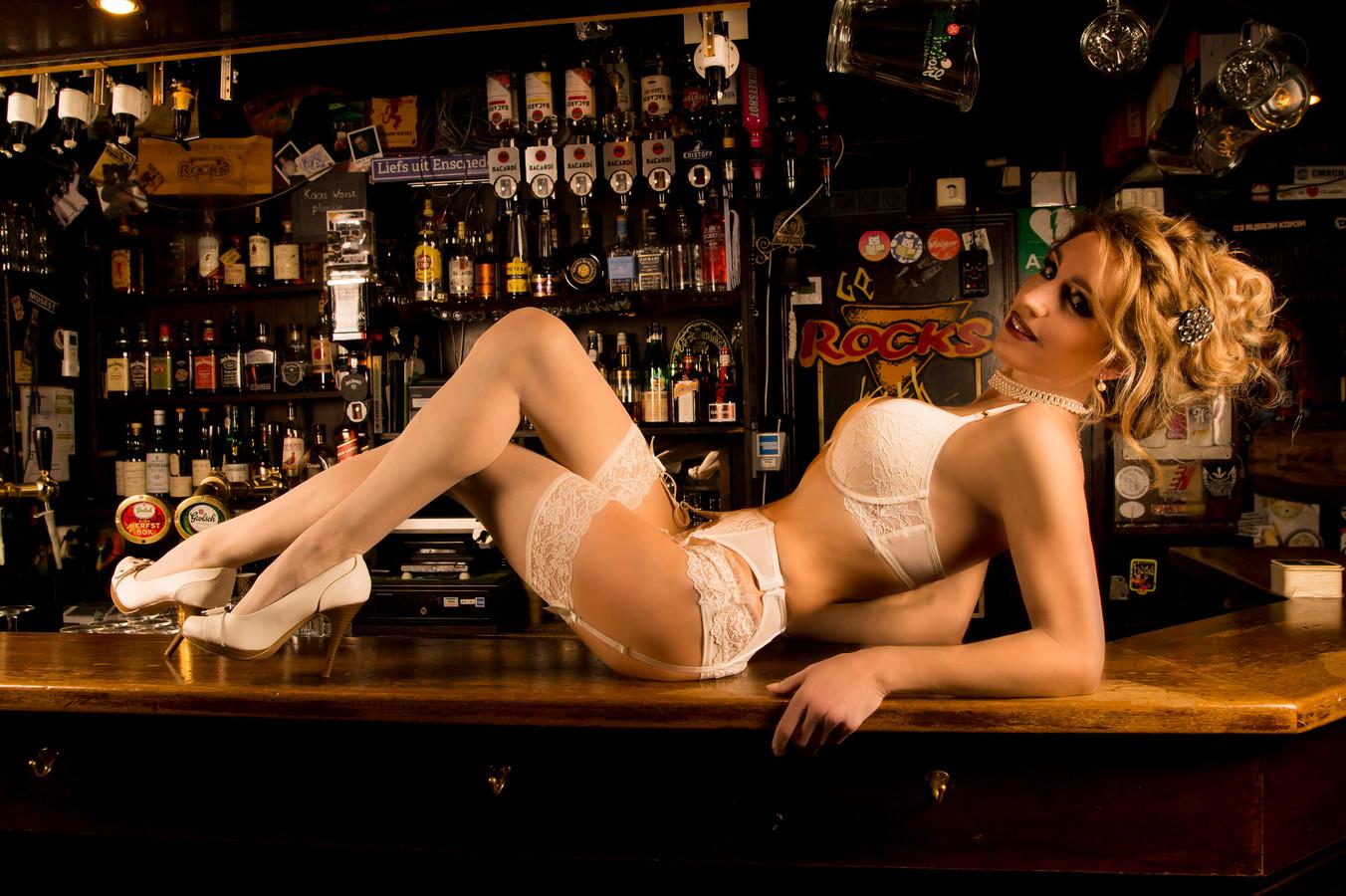 Pin-upmodel Mechteld Geesing springt in de bres voor haar favoriete stamkroeg: café Rocks in Enschede.
