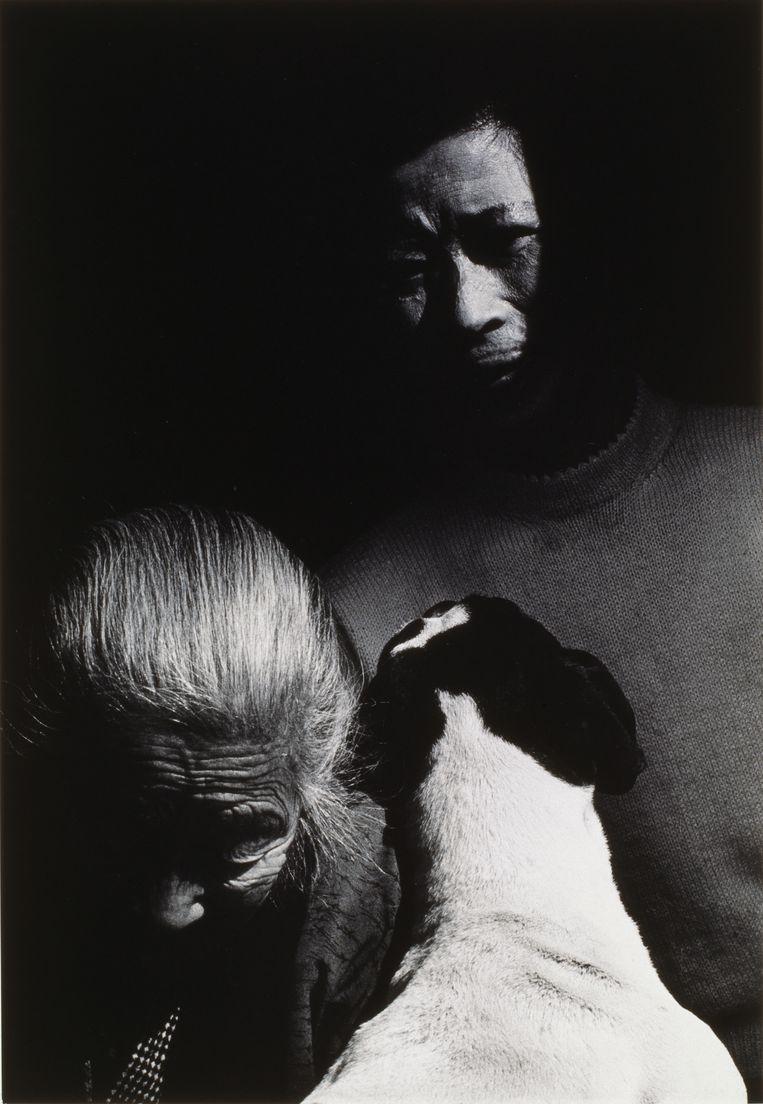 'Madame Katao, sa mère et son chien' uit de Nagasaki-reeks van Shomei Tomatsu, 1961. Beeld rv Shomei Tomatsu. Collection MEP, Paris. Don de la société Dai Nippon Printing Co., Ltd.