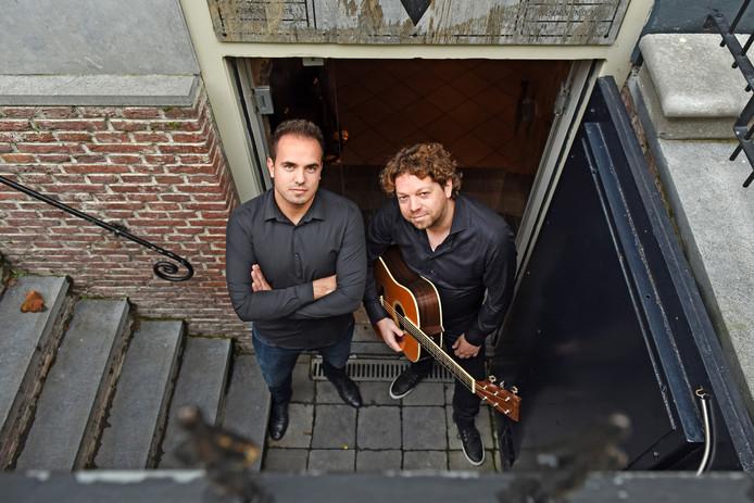 Sam Knoop (links) met componist Joris Rasenberg (Abel) in stadskelder In den Bock.