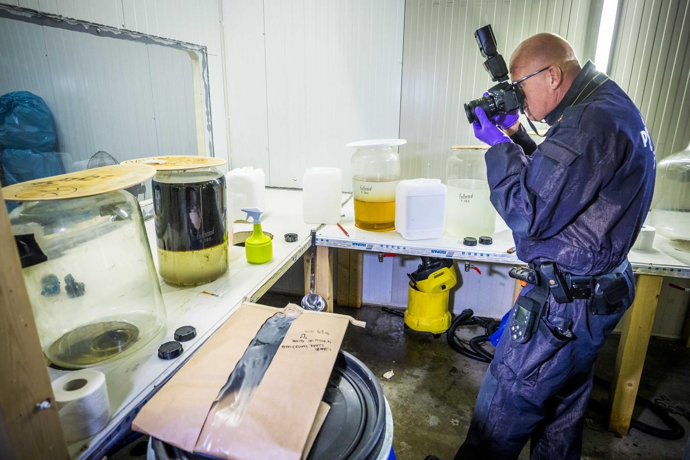 De Landelijke Faciliteit Ondersteuning (LFO) van de politie bij de ontruiming een groot drugslab.