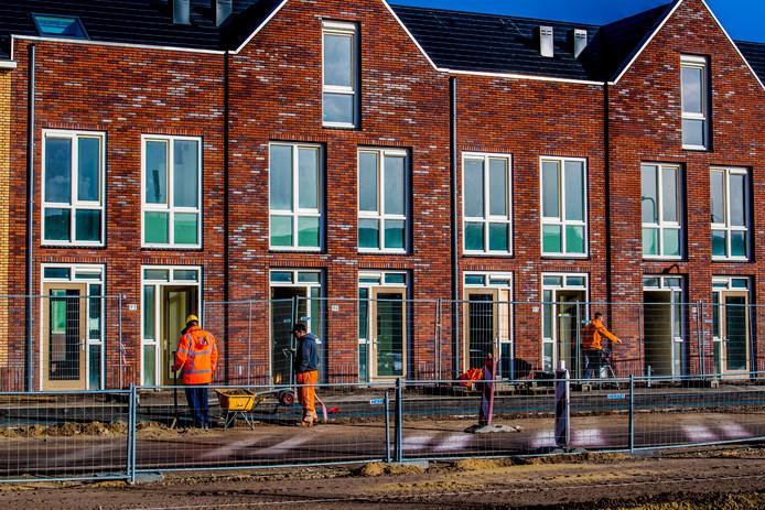 Bouwvakkers aan het werk in een nieuwbouwwijk.