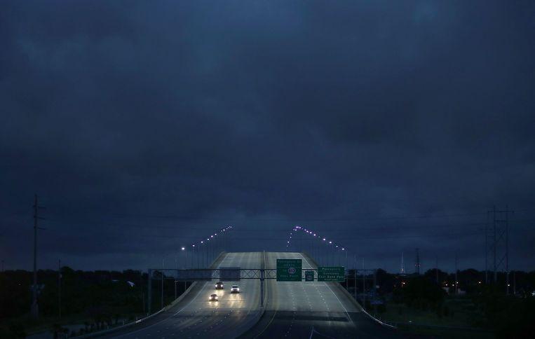 Enkele auto's rijden over een hoge brug bij Pascagoula, Mississippi, terwijl tropische storm Gordon zorgt voor zware windstoten en regenbuien. De storm maakte al een eerste slachtoffer nog voordat de kust was bereikt. Een inwoner van Pensacola, in Florida, kwam om het leven toen een boom omviel op de caravan waar hij in woonde.