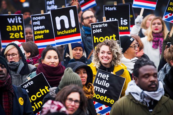 Tegenstanders van Zwarte Piet demonstreren in Dokkum voor vrijheid van meningsuiting en demonstratierecht.