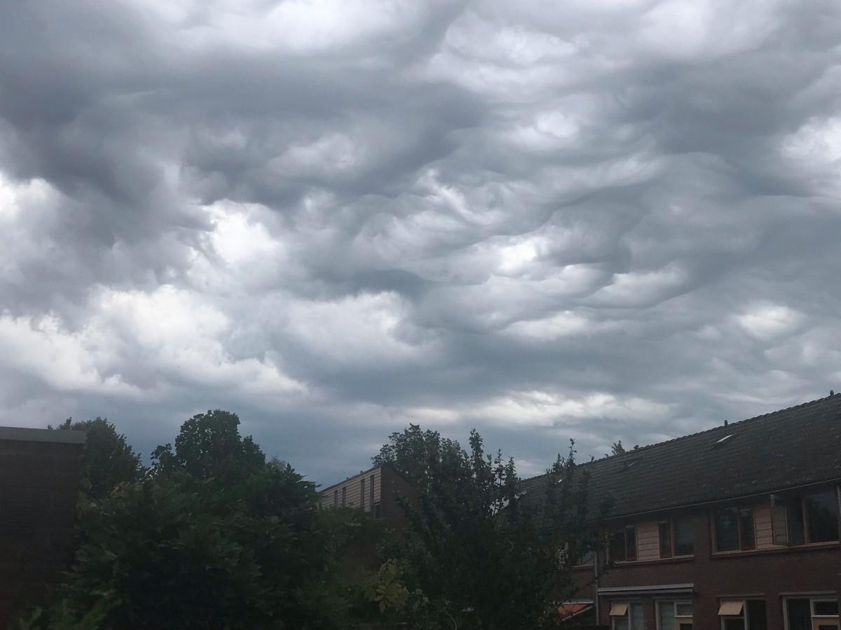 Deze foto werd vanmorgen gemaakt: Bijzondere wolken boven Apeldoorn (lezersfoto)