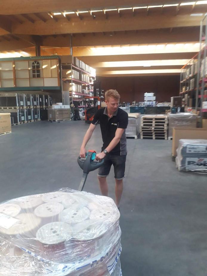 Vince Hoek aan het werk in het magazijn van Solar NRG.