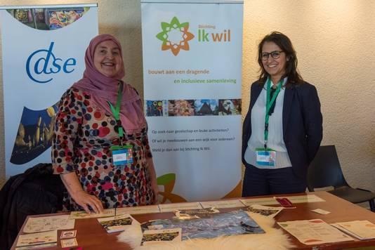 De Stichting Ik Wil uit Eindhoven op de duurzaamheidsmarkt in het Parktheater met Esra Altmis-Sengers (links) en Leyla Kalender.
