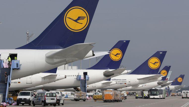 Vliegtuigen van Lufthansa staan stil op het vliegveld van München. Beeld ap