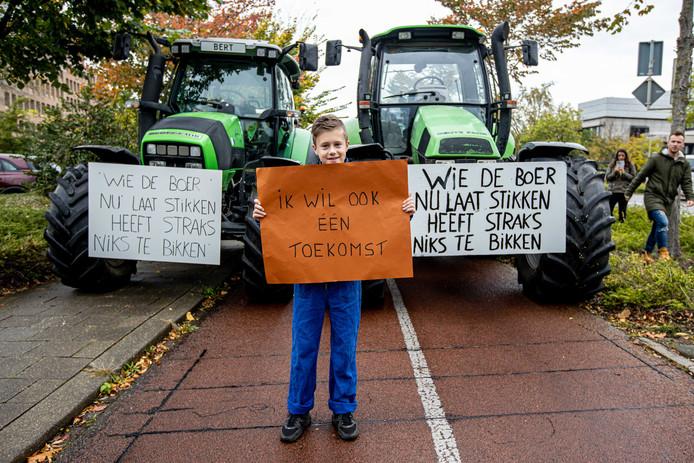 2019-10-15 11:14:25 MAASTRICHT - Boeren verzamelen zich bij het provinciehuis van Limburg. Organisaties LLTB (Limburgse Land- en Tuinbouwbond) en LAJK (Limburgs Agrarisch Jongeren Kontakt) riepen boeren op te komen demonstreren tegen de beleidsregels over stikstof. ANP JEAN-PIERRE GEUSENS