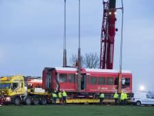 Wrakstukken ontspoorde trein Winsum van spoor getild