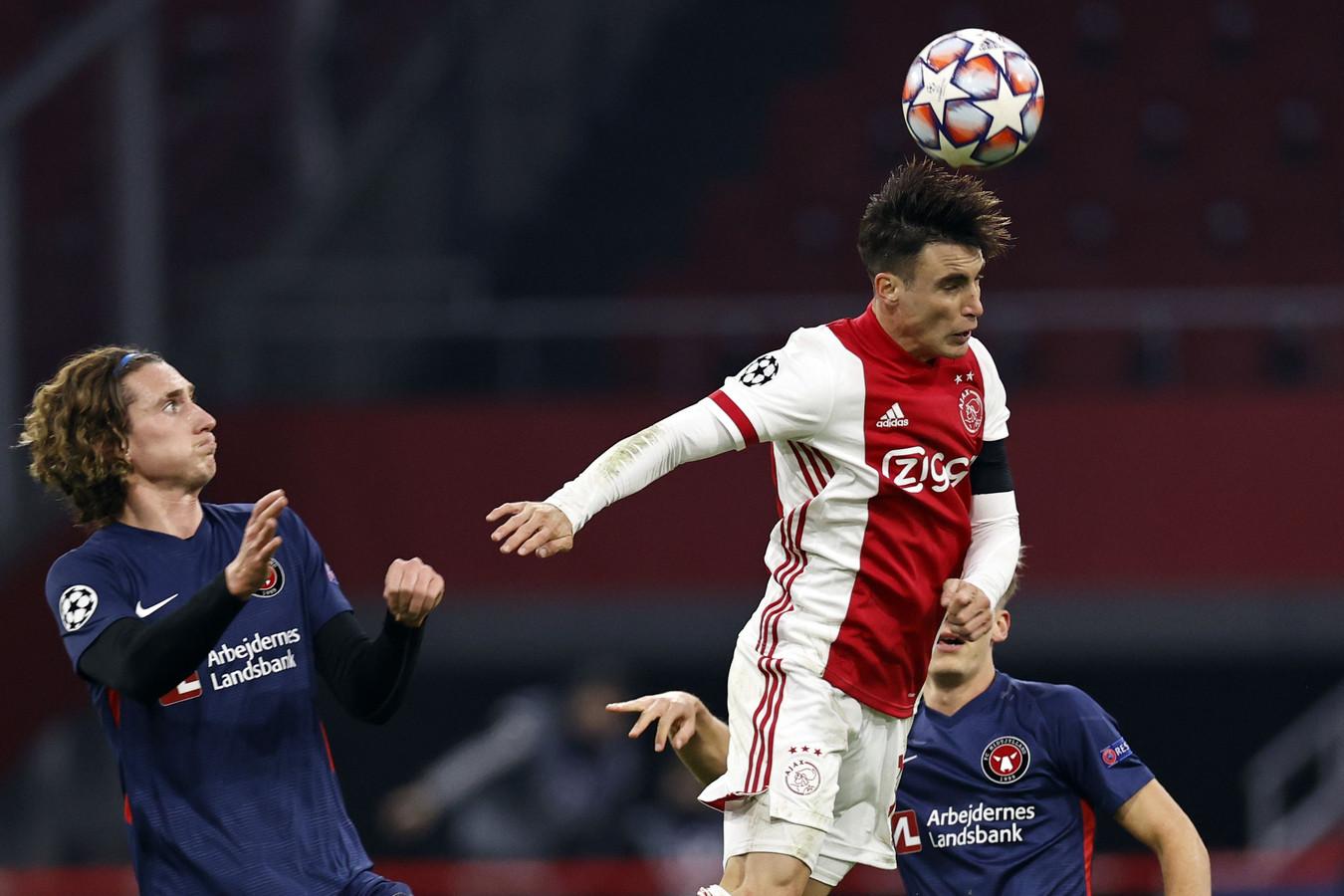 Alexander Scholz van FC Midtjylland ziet hoe Nicolas Tagliafico een kopduel wint.