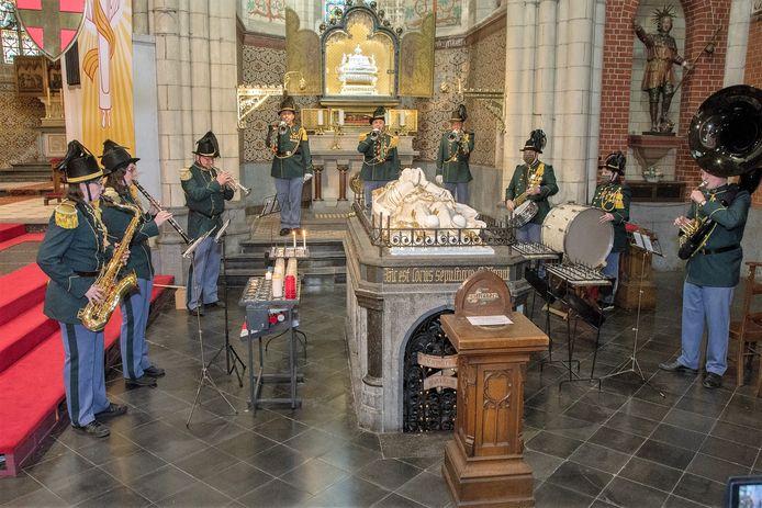 Op Paasmaandag werd een video waarbij pastor Jef Devillé in de Sint-Veroonskerk de vertegenwoordiger van de deelnemende groepen toesprak.