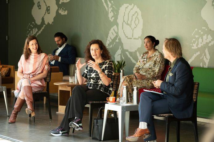 Minister Ingrid van Engelshoven (midden) op bezoek in De Verkadefabriek in Den Bosch. Links Viktorien van Hulst, directeur Theaterfestival Boulevard.