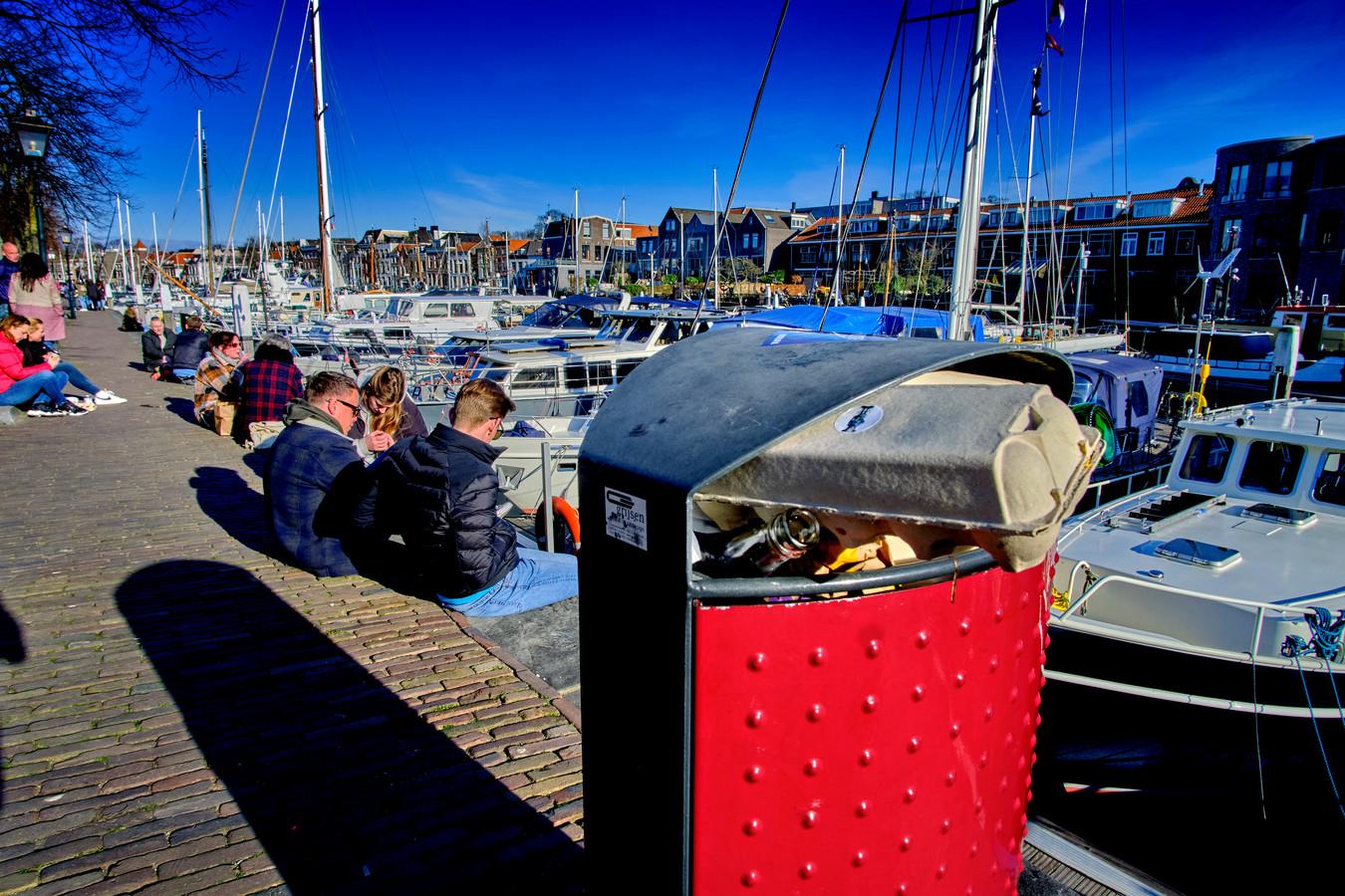 Volle prullenbakken in stad- en havengebied Dordrecht.