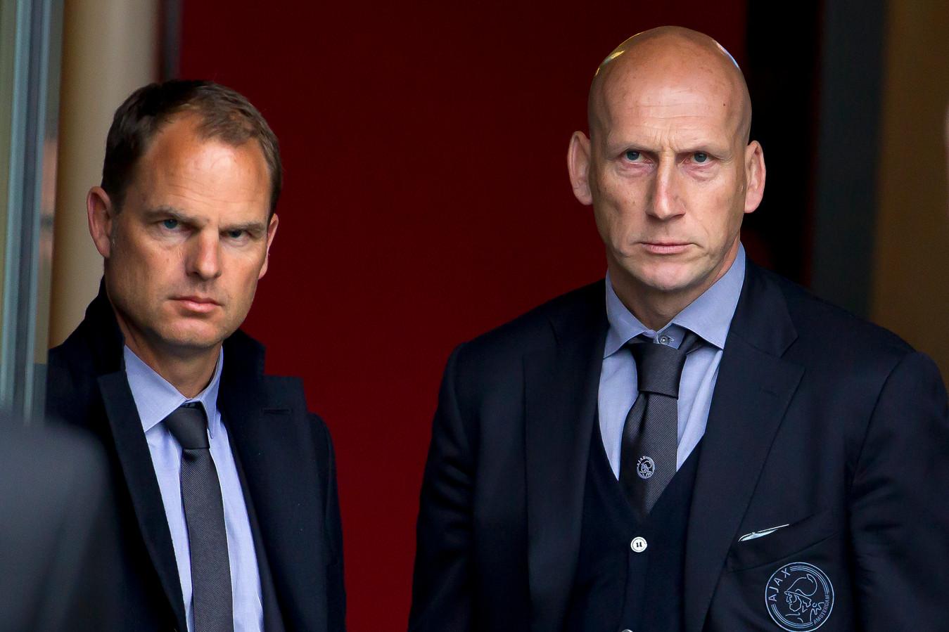 Frank de Boer en Jaap Stam als hoofdtrainer en assistent van Ajax in 2014. Aan de blikken is het hier nog niet te zien, maar Ajax zou twee uur later kampioen worden in Almelo.