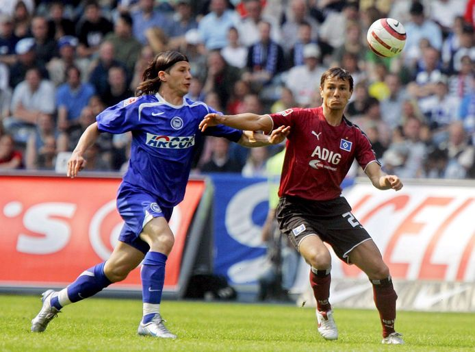 Khalid Boulahrouz namens HSV in duel met Hertha-speler Niko Kovac.
