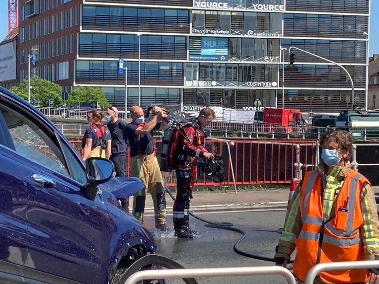 De brandweer takelt de Fiat 500 uit het water Beeld Dylan Vermeulen