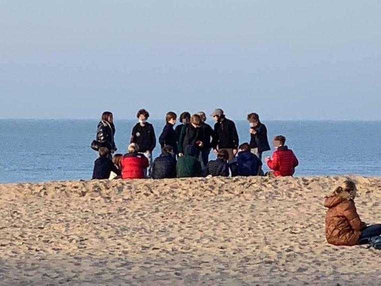 Het was druk aan zee dit weekend, dat ging ook gepaard met samenscholingen, zoals hier op het strand van Knokke-Heist. De politie controleert wel, maar kan onmogelijk overal op hetzelfde moment zijn Beeld Anne Marie Maertens