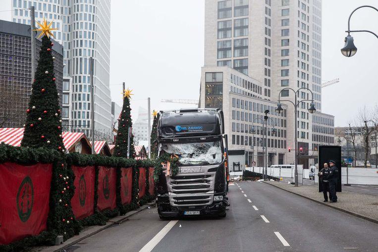 De vrachtwagen waarmee Amri dood en vernieling zaaide op de kerstmarkt in Berlijn. Beeld Bas Bogaerts