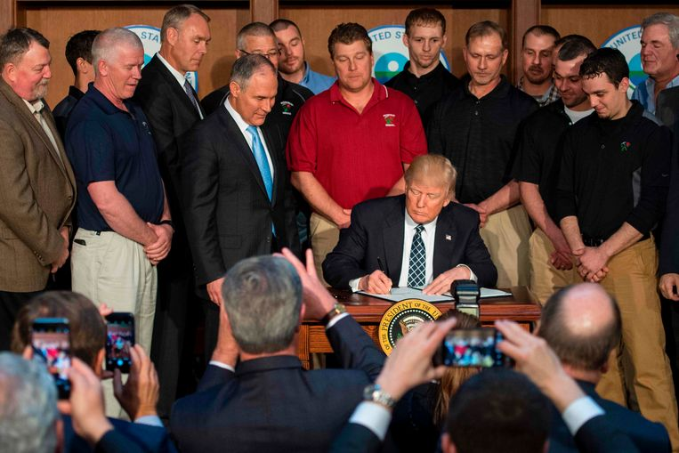 De Amerikaanse president Donald Trump ondertekende het decreet gisteravond in gezelschap van mijnwerkers.  Beeld AFP