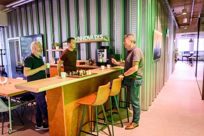Jurgen van Kreij, Martijn van Tongeren en Marcel Themmen (v.l.n.r.) bij het barretje met de koffieautomaat.