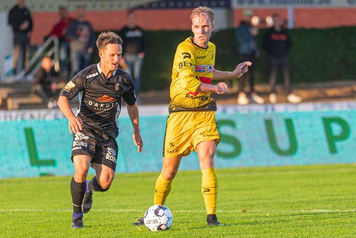 Mathias Vercauteren, hier in een duel met Michiel De Looze van SK Deinze, speelde tegen de 1B-ploeg op linksachter.