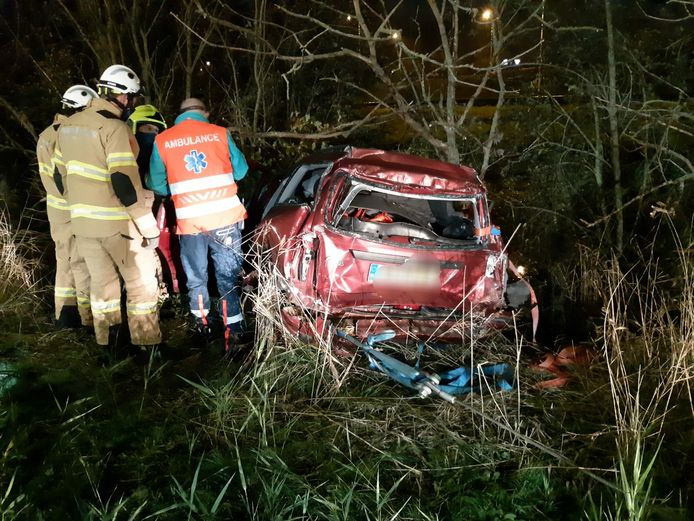 De zwaar gehavende auto die door de vrachtwagen van de A12 werd gereden.