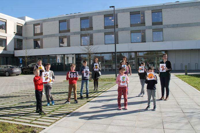 Kinderen van de Sint-Amandusschool gingen een dansje opvoeren voor de inwoners van rusthuis De Zonnewende in Meulebeke. Ze gaven ook tekeningen af.