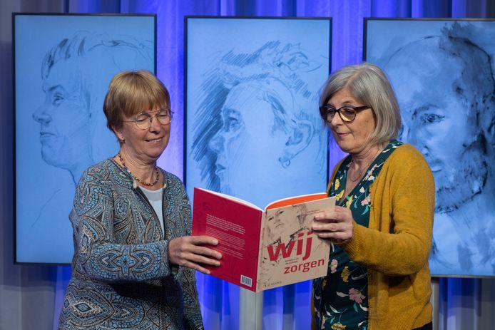 Ieta Berghuis (rechts), docent-onderzoeker aan de NHL Stenden Hogeschool, heeft een boek geschreven met portretten van zorgmedewerkers. Alie van der Veen (links) werd geportretteerd.