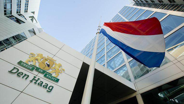 Bij alle overheidsgebouwen hangen de vlaggen vandaag halfstok. Beeld anp