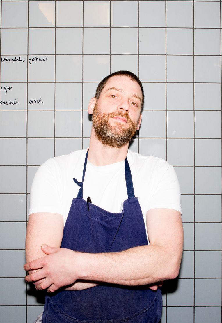 Chef Arvid Schmidt: 'Gewoonlijk koken we hier vooral met groente. Nu is het opeens fastfood en vlees.' Beeld Marjolein van Damme