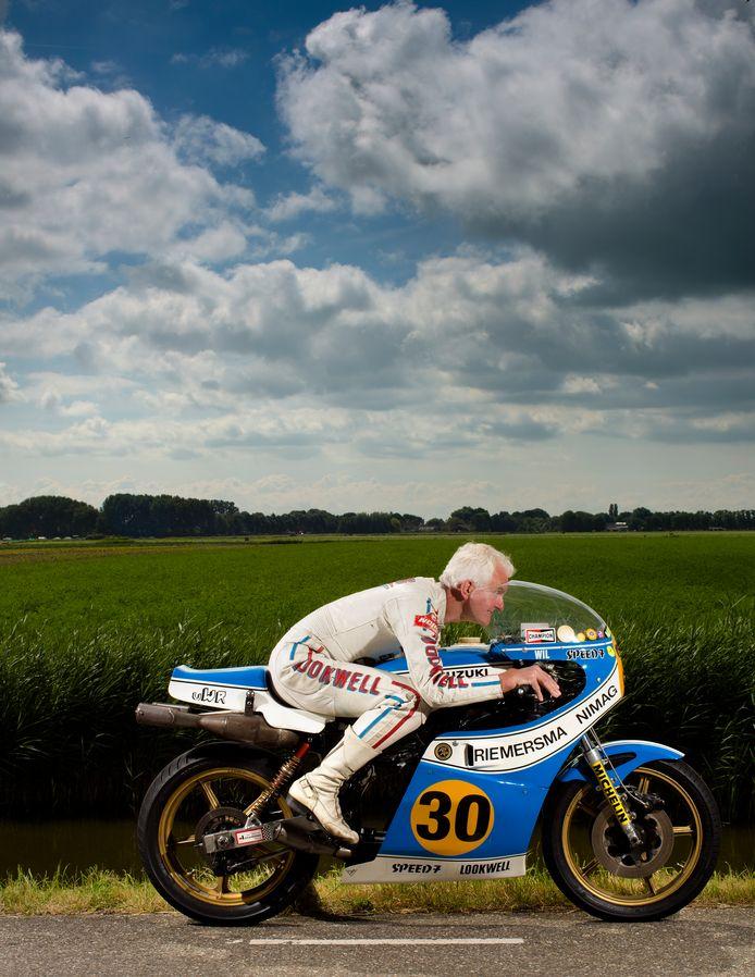 Oud-motorcoureur Wil Hartog bejubelt de terugkeer van de motorraces op de Luttenbergring, waaraan hij zijn bijnaam Witte Reus te danken heeft. Hier geeft hij de motor nog eens de sporen waarop hij in 1977 naar de overwinning op de TT van Assen zoefde.