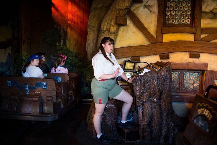 Een werknemer bij Snow White's Scary Adventures in Disneyland, Anaheim. Beeld Ellis Regina Jansen