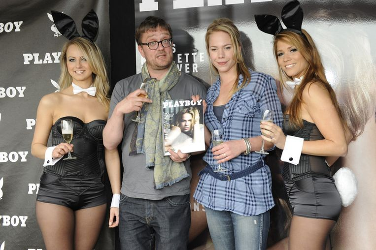 Nicolette Kluijver en hoofdredacteur Jan Heemskerk poseren met twee Playboy Bunnies Beeld null