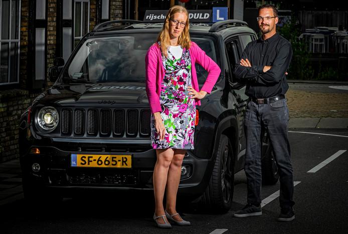 Hanneke Hardam uit Hendrik-Ido-Ambacht slaagde eindelijk voor haar rijexamen, maar kan geen rijbewijs aanvragen. Instructeur Gertjan Gerritsen is woest.