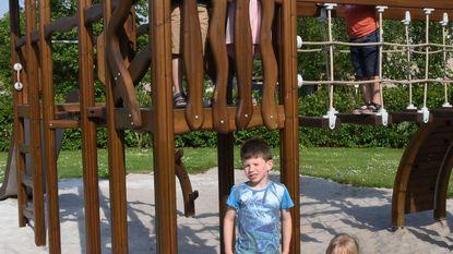 Kinderen ravotten in fonkelnieuwe speeltuin