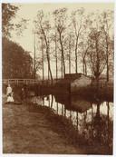 Zelfs geboren en getogen Amersfoorters zullen de locatie van deze houten brug niet direct kunnen lokaliseren. Ongeveer op deze plek liggen nu de Bisschopsweg en de Zwaanstraat. Links Park Randenbroek.