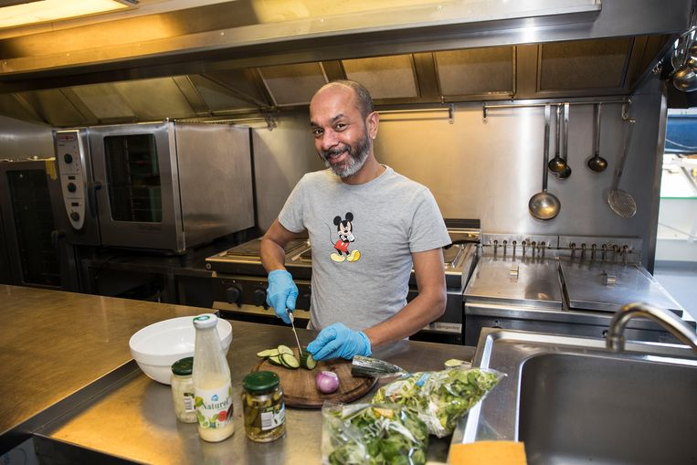 Jay Thakoer (45) helpt altijd in de keuken. Beeld Arie Kievit